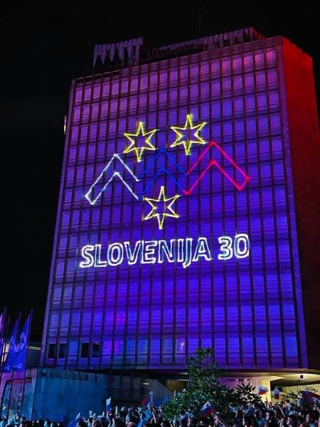 30 let Slovenije stolpnica